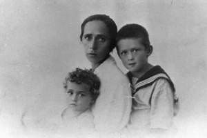 Itzhak_Rabin_-_sister_Rachel_and_mother_1927
